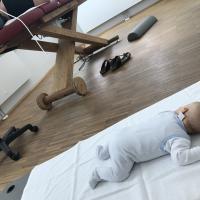 mit Kind zur Physiotherapeutin. Entspannt für Mutter und Kind